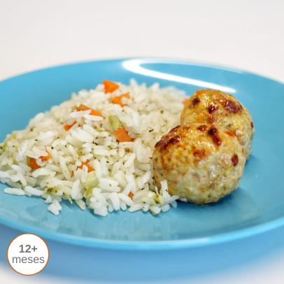 Almôndegas de frango escalfadas com arroz alegre comida para bebé gourmet